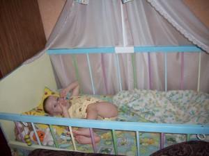 Ребёнок в детской кровати