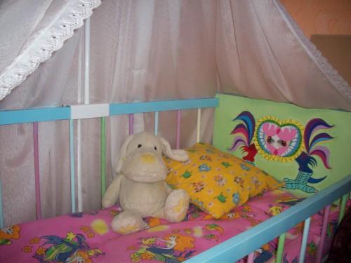 Одеяло и подушка в детской кровати
