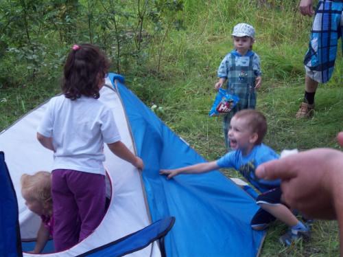 Ребятишки веселятся в палатке