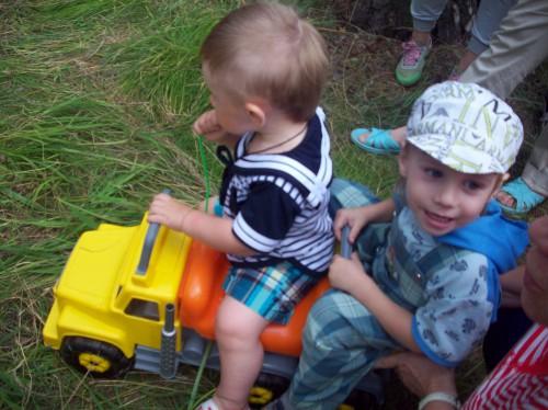 Детки на машине