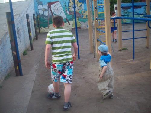 С братом можно и в футбол поиграть