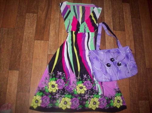 Платье в полоску с большими цветами по низу. Сумка сиреневая с 3-мя йо - йошками.