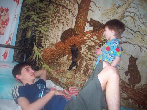 Егор с Артёмом вялятся на кровати