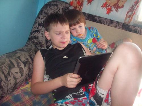 Даня с Егором играют в планшетник