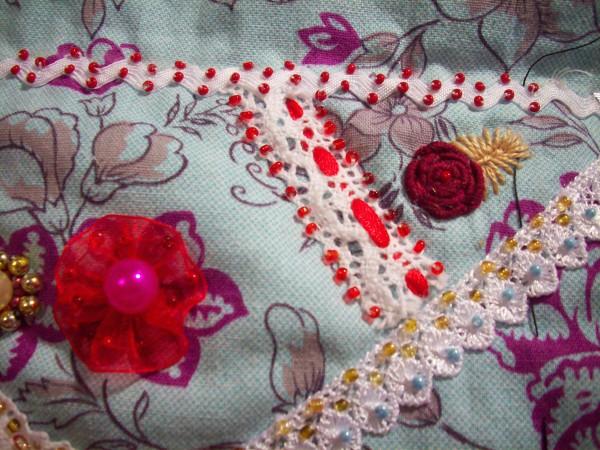 Вышитый цветок и мак