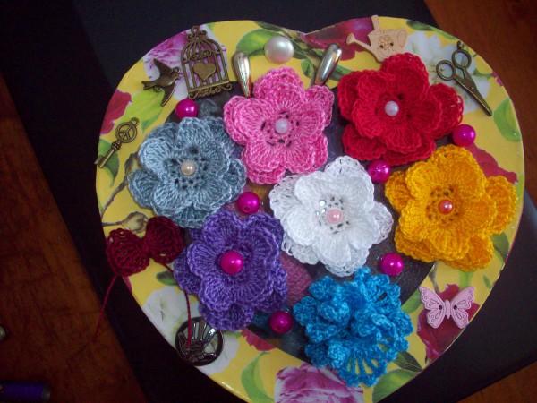 Вязаные цветочки и бантик