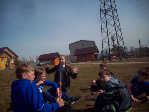 Мальчики и девочки на полянке