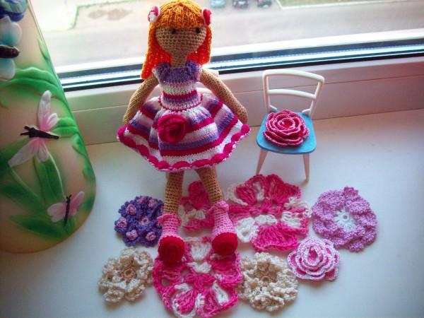 Куколка на цветочной полянке
