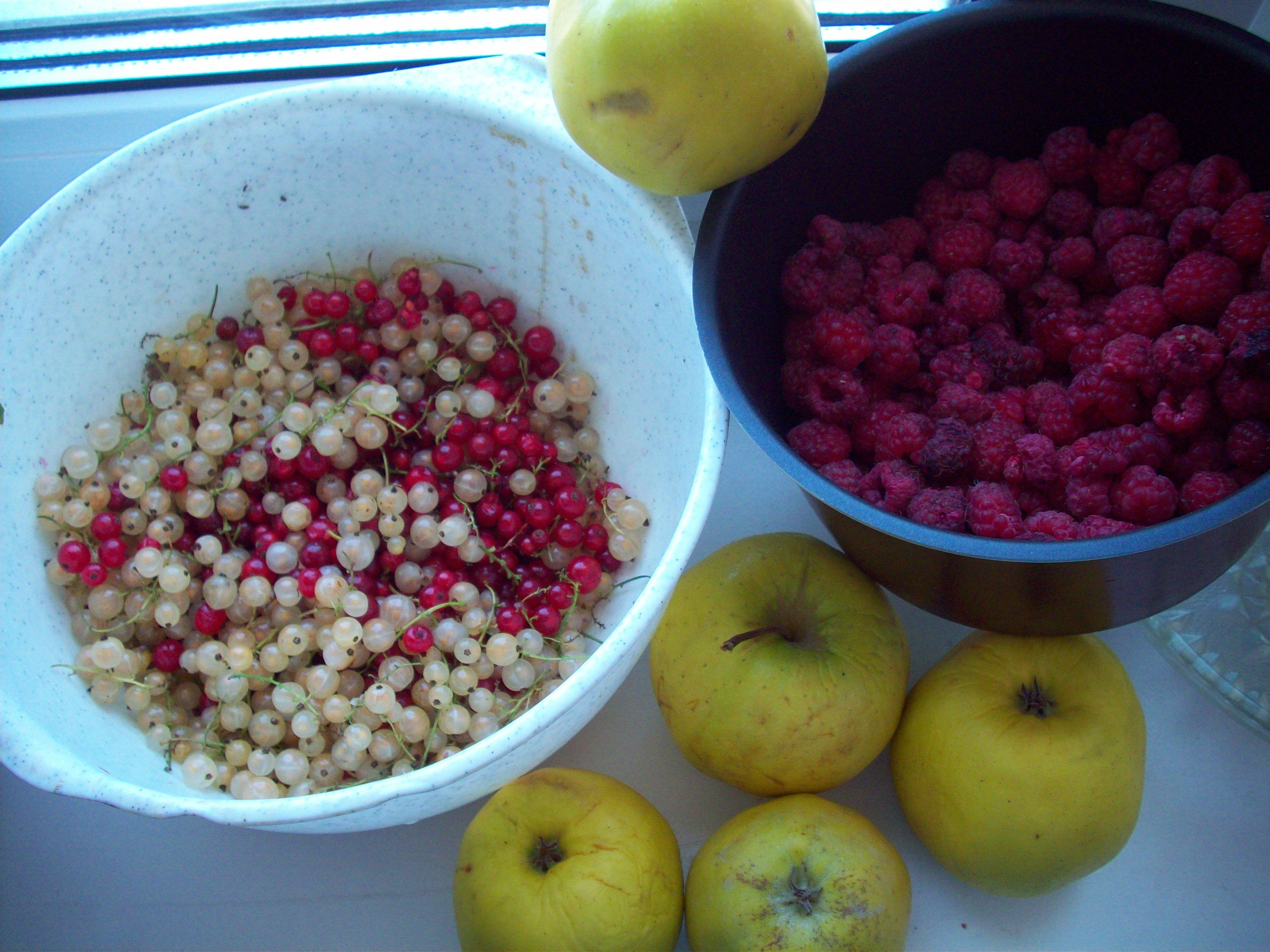 Малина, красная и белая смородина и яблоки