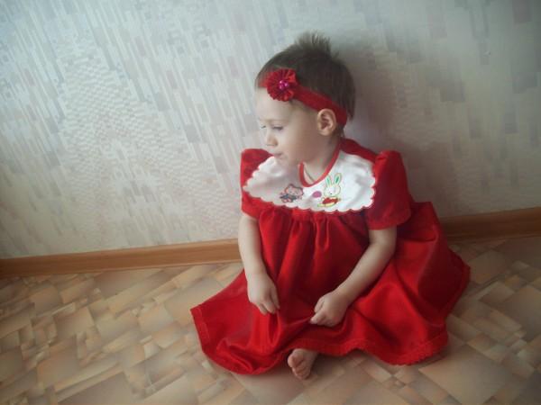 Детское платье и повязка на голову с красным цветком