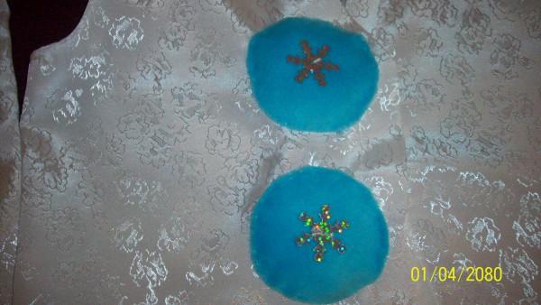 Пуговицы - помпоны спереди на жилетке