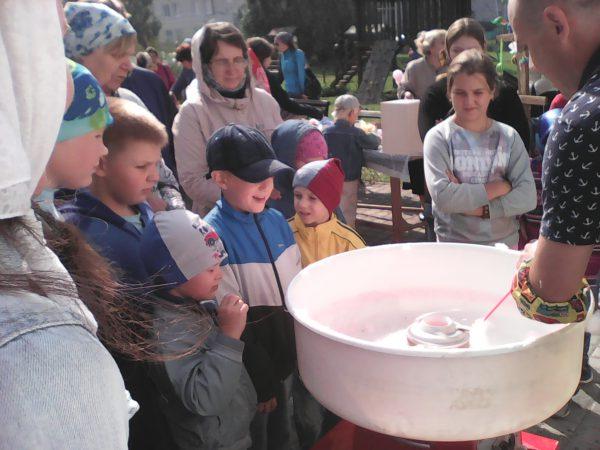 Детям раздают бесплатно сладкую вату