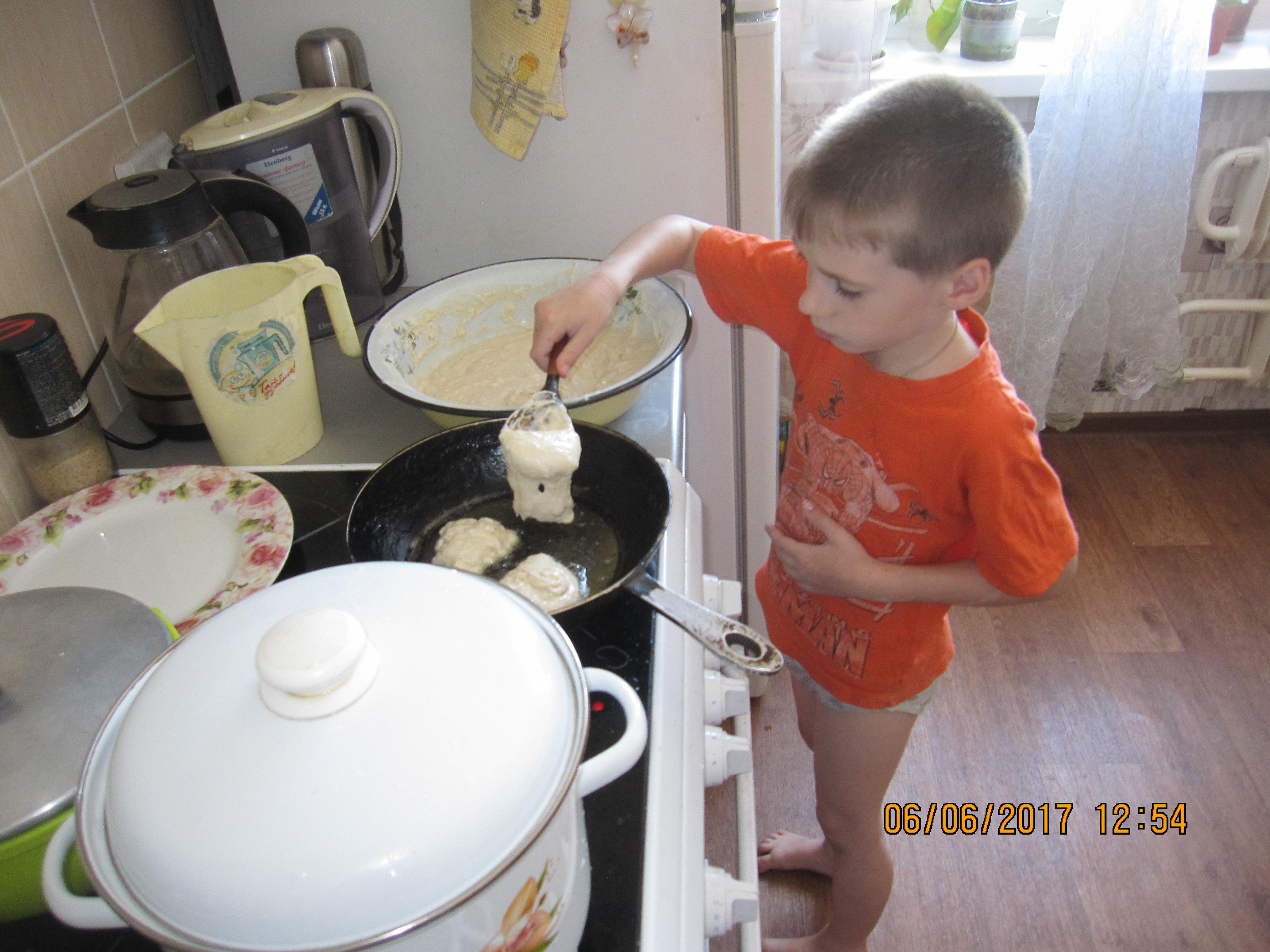 Егор печёт оладушки