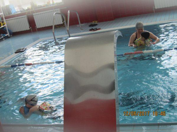 Егор в бассейне